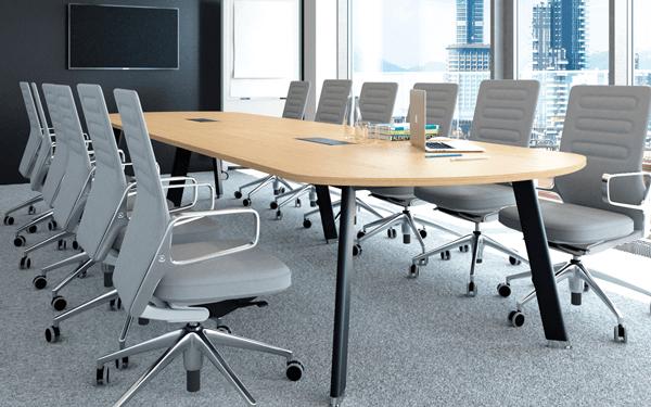 Oferujemy stoły o różnych kształtach i rozmiarach, dostosowane do designu biura oraz wielkości sal konferencyjnych.