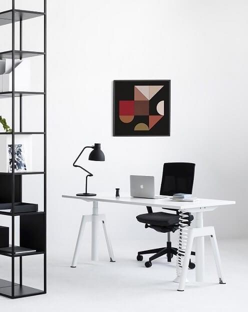 Bogaty wybór wygodnych i wyposażonych w system regulacji wysokości biurek umożliwiających pracę na stojąco i siedząco.