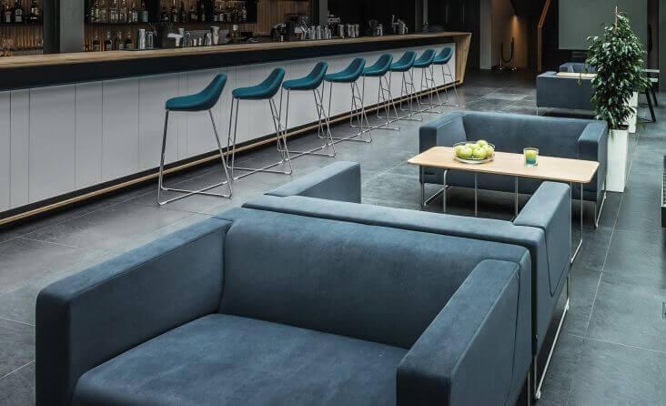 Hokery to lekkie siedziska stanowiące doskonałe uzupełnienie projektowanych wnętrz gastronomicznych, sal bankietowych i apartamentów.