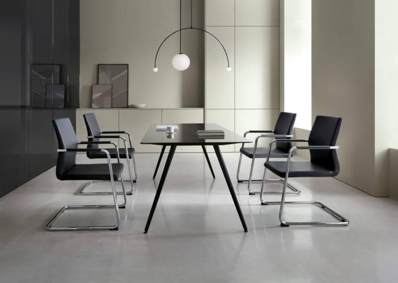 Odpowiednie krzesła zapewniają wygodę, która pomaga skupić się na spotkaniach, co wpływa pozytywnie na wydajność i produktywność.