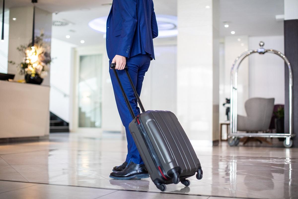 mężczyzna w hotelu